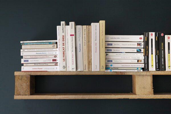 Étagère et livres de poche